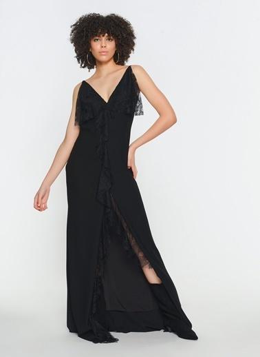 Zeynep Ökmen Önde Ve Yırtmaç Kenarında  Dantel Detaylı Askılı Sırtı Açık Uzun Gece Elbisesi Siyah